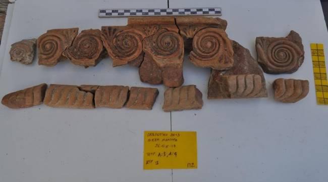 Ιδιαίτερα σημαντικά και διαφωτιστικά για την τοπογραφία, την έκταση και τη χωροταξική οργάνωση του ιερού του Απόλλωνα στη θέση Μάντρα στο ακατοίκητο νησί Δεσποτικό, στα δυτικά της Αντιπάρου είναι τα ευρήματα της φετινής ανασκαφικής περιόδου.
