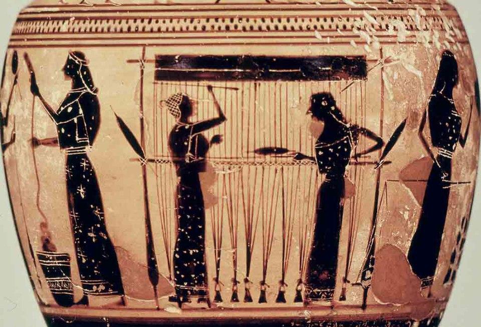 «Οι γυναίκες υφαίνουν ιστούς, σαν τις αράχνες, φτιάχνοντας ένα πολυτελές υλικό για γυναικεία φορέματα, που ονομάζεται μετάξι. Η διαδικασία της αναπήνισης και της ύφανσης του νήματος επινοήθηκε αρχικά στην Κω, από μια γυναίκα που λεγόταν Παμφίλη, κόρη του Πλαταία. Αυτή είχε την αναμφισβήτητη δόξα ότι εφηύρε τον τρόπο να ελαφρύνει την ενδυμασία των γυναικών σε βαθμό γύμνιας».