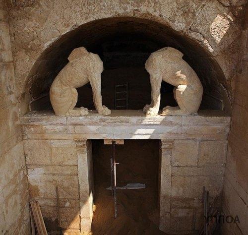 Αμφίπολη | σχεδόν ολόκληρη η πρόσοψη του ταφικού μνημείου