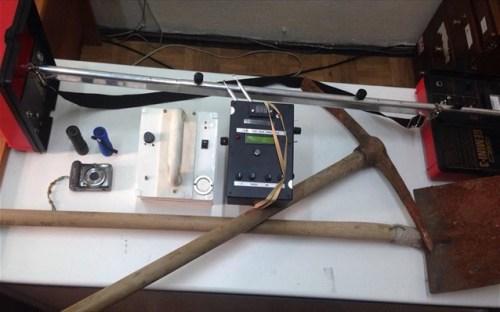 Στην κατοχή τους βρέθηκαν και κατασχέθηκαν τρεις ηλεκτρονικοί ανιχνευτές, σκαπτικά εργαλεία, δύο φακοί και μία φωτογραφική μηχανή.