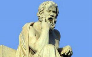 Γεννήθηκε και έζησε στην Αθήνα από το 470 π.Χ. έως το 399 π.Χ. Ήταν γιος του Σωφρονίσκου και της Φαιναρέτης από το δήμο της Αλωπεκής.